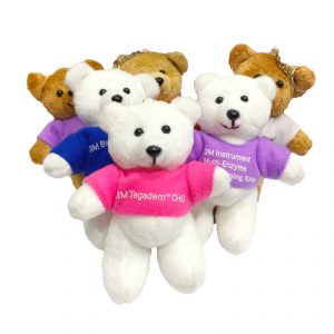 พวงกุญแจตุ๊กตาหมี สกรีนโลโก้บนเสื้อ